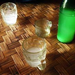 Boire du vin de riz (?)